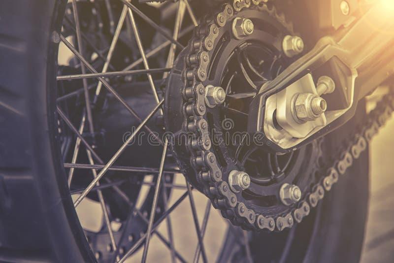 Hintere Kette und Kettenrad des Motorradrades stockfotografie