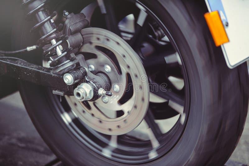 Hintere Motorradbremsscheibe in der Bewegung, das Rad dreht sich stockbilder