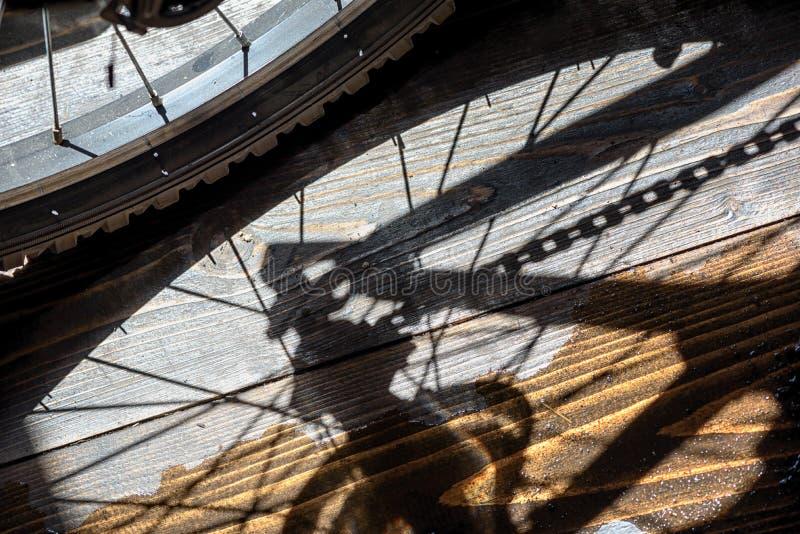 Hinterer Fahrrad-Rad-und Gang-Schatten lizenzfreie stockfotografie