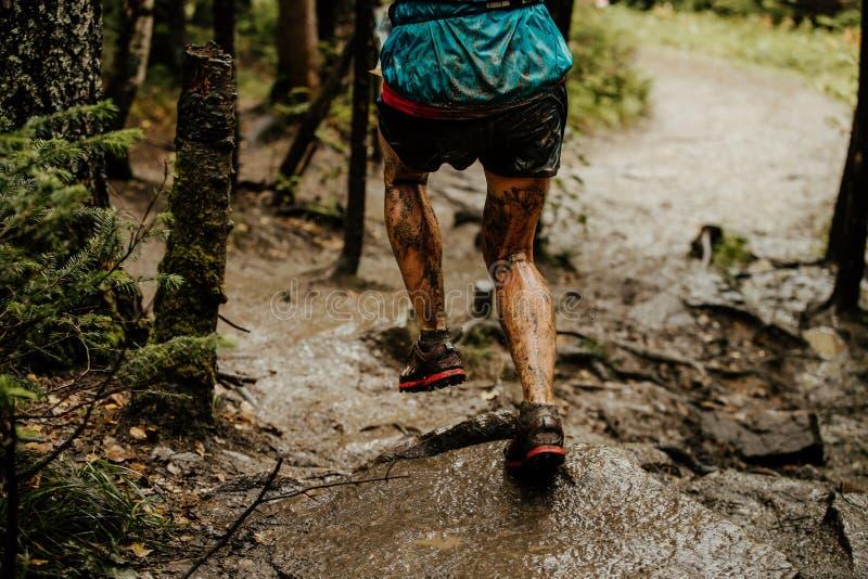 Hinterer schmutziger Beinfrauenläufer stockfoto