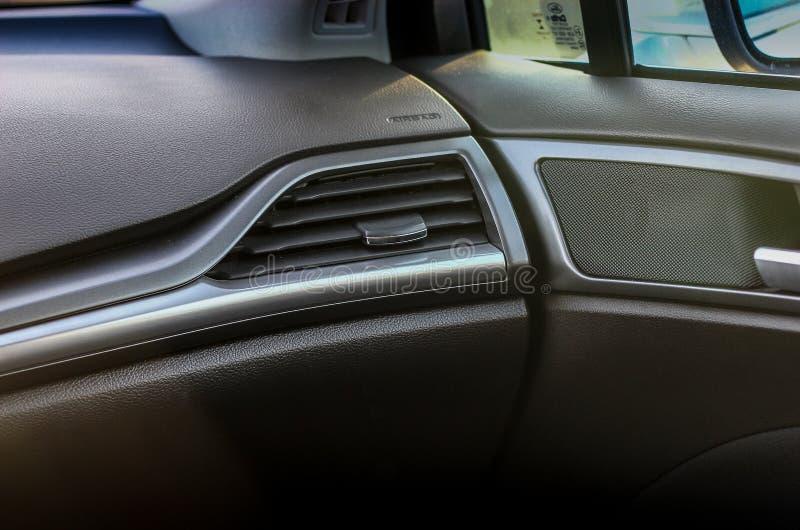 Hinterer Sitz des Fahrers im Auto stockfoto