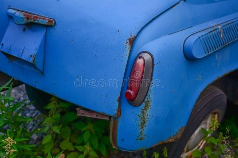 Hinterer Teil des hellen blauen alten Automobils lizenzfreies stockfoto