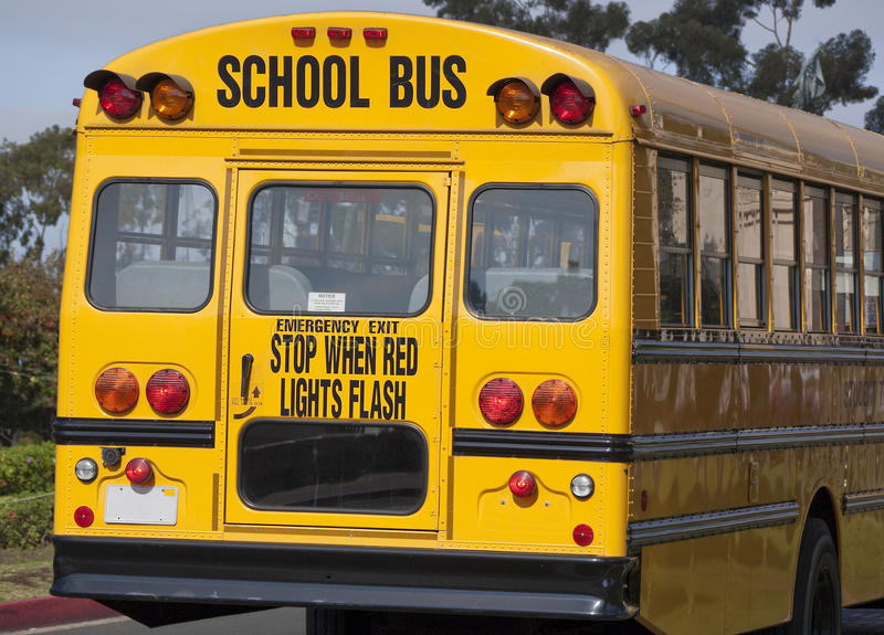 Hinteres Ende des gelben Schulbusses stockfotos