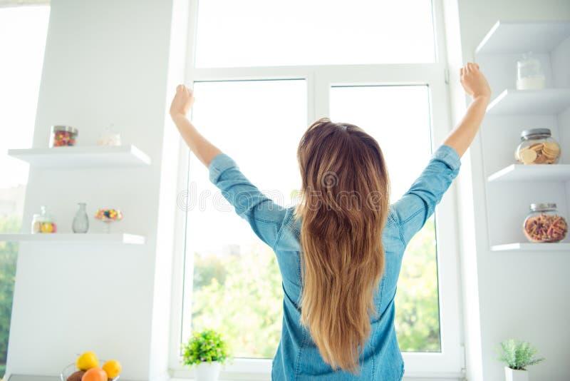 Hinteres Rückseitenansichtfoto des reizend reizenden Damenstand-Fenstergefühls entspannte sich Tag in der Wohnung haben Ferienfei lizenzfreie stockfotografie