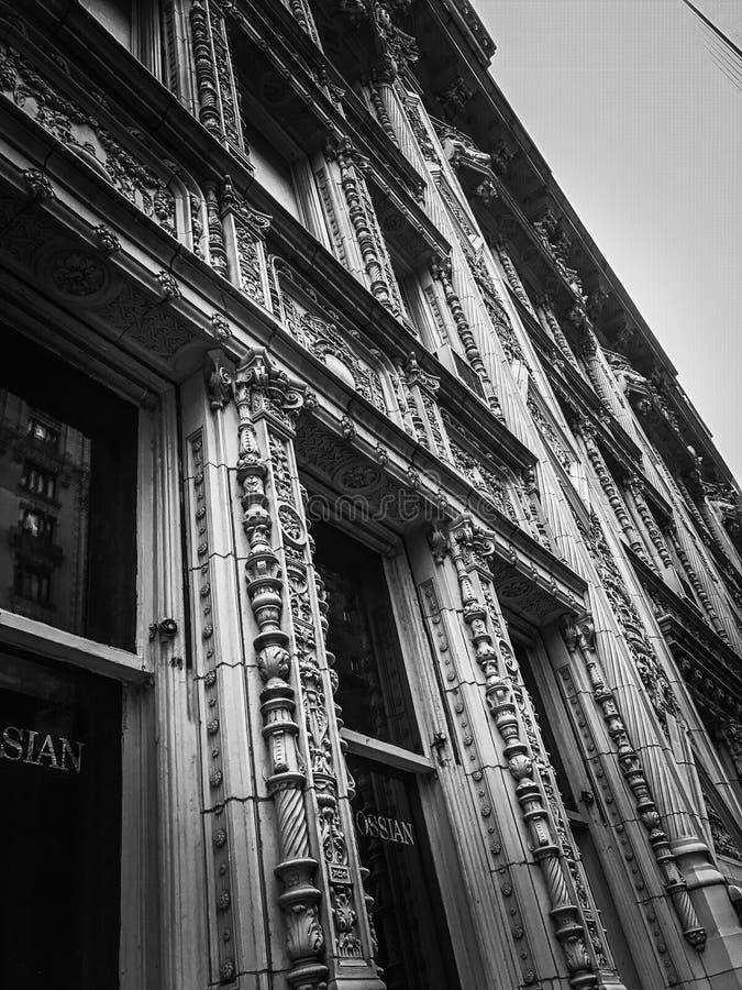 Hinteres und weißes Architekturgebäude stockbilder