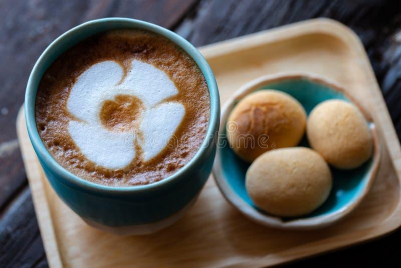 Hintergr?nde des sch?nen Lattekaffees lizenzfreie stockbilder
