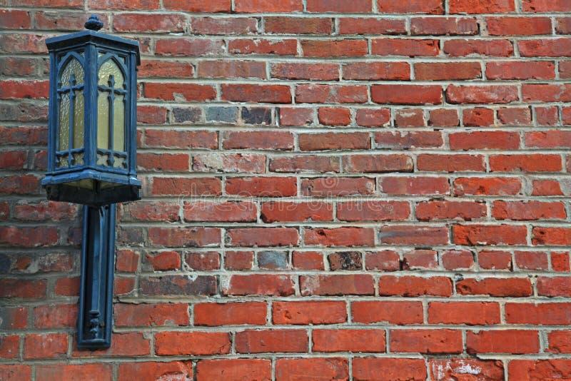 Hintergrund-Abbildung der Lampe auf der Backsteinmauer stockfotografie