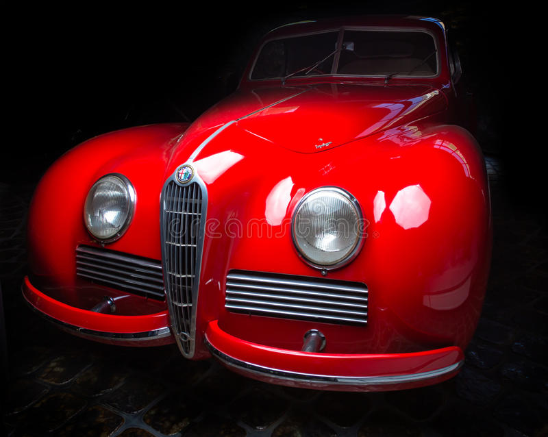 Hintergrund Alfa Romeos 6C 2300B dunkler Auto Adler Trumpf brauner Retro- Cabrio-Limousinen-Dunkelheitsjuniorluxushintergrund stockfotografie