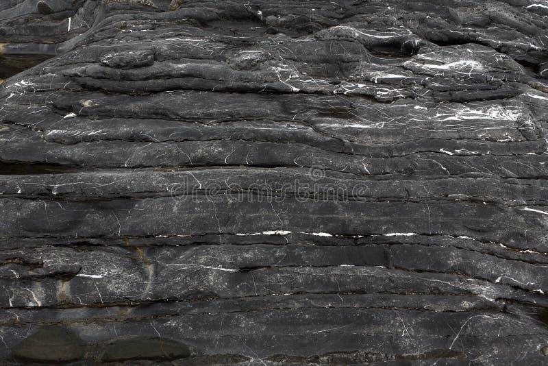 Hintergrund auf der Grundlage von die Beschaffenheit des Felsens Horizontal überlagert, schwärzen Sie mit weißen Adern stockfoto