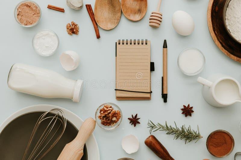 Hintergrund backen oder kochend Bestandteile, Kücheneinzelteile für backende Kuchen lizenzfreie stockfotografie