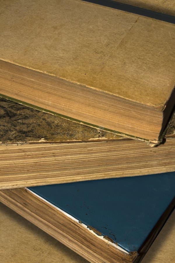 Hintergrund, Beschaffenheit von zerstreuten alten Büchern lizenzfreie stockfotos