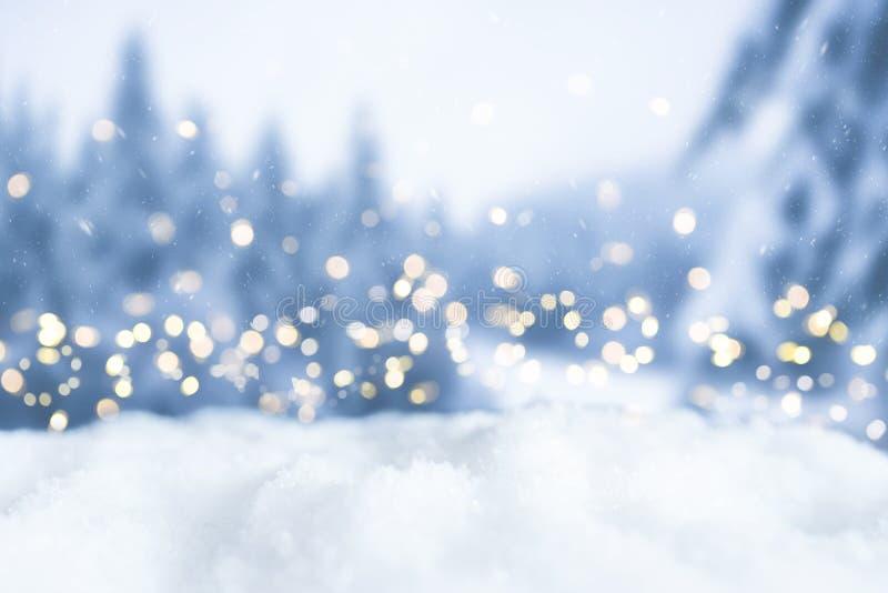 Hintergrund bokeh Weihnachten des verschneiten Winters mit Lichtern und Bäumen lizenzfreies stockfoto