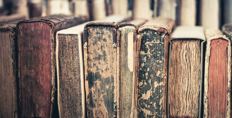 Hintergrund der alten Bücher Stapel Bücher in Folge stockbild