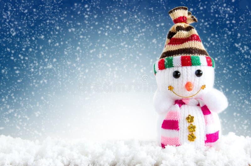 Hintergrund der frohen Weihnachten und des glücklichen neuen Jahres Schneemannstellung lizenzfreie stockfotos