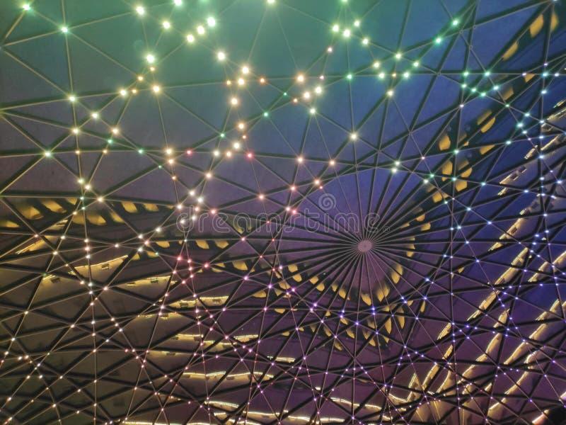 Hintergrund der geometrischen Kuppel in der Nacht mit Lichtern lizenzfreie stockfotografie
