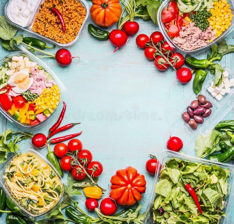 Hintergrund der gesunden Ernährung mit Vielzahl von Gemüse- und Gemüsesalatschüsseln Eignungs- oder Diätnahrung Nehmen Sie Mittag stockbild