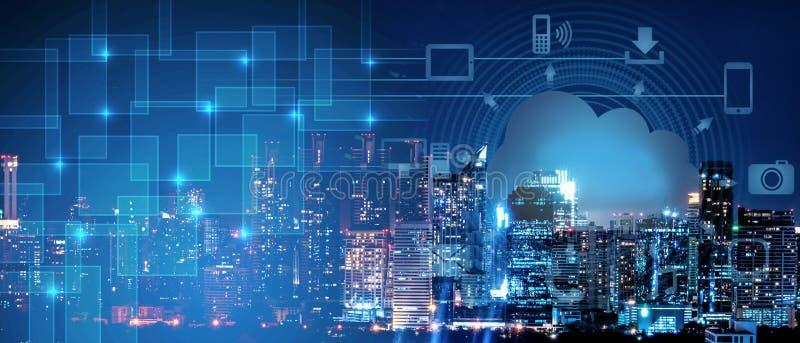 Hintergrund der intelligenten Stadtintelligenzvernetzung auf clound Technologie, Nachtstadtbild mit digitalem und Wolkentechnolog stockfoto