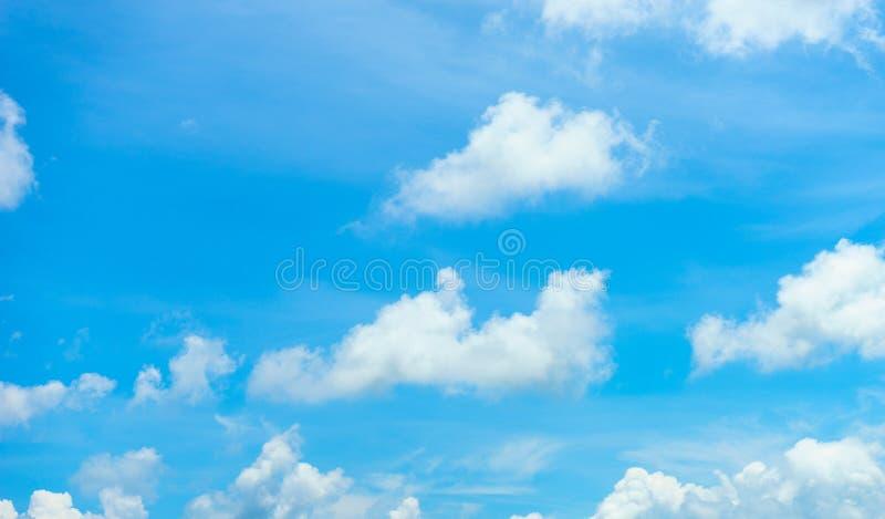 Hintergrund der Wolke und des blauen Himmels stockfoto