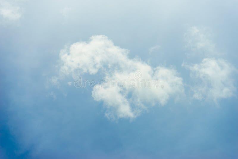 Hintergrund der Wolke und des blauen Himmels lizenzfreie stockfotografie