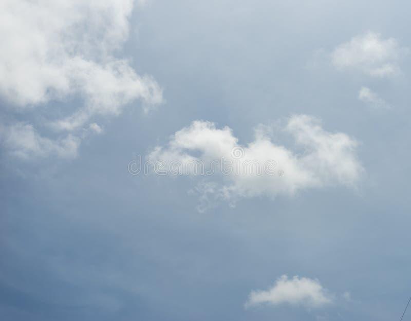 Hintergrund der Wolke und des blauen Himmels lizenzfreie stockbilder