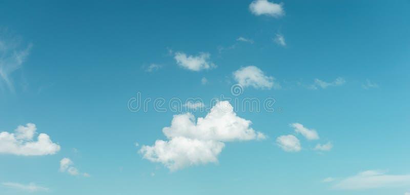 Hintergrund der Wolke und des blauen Himmels stockbild