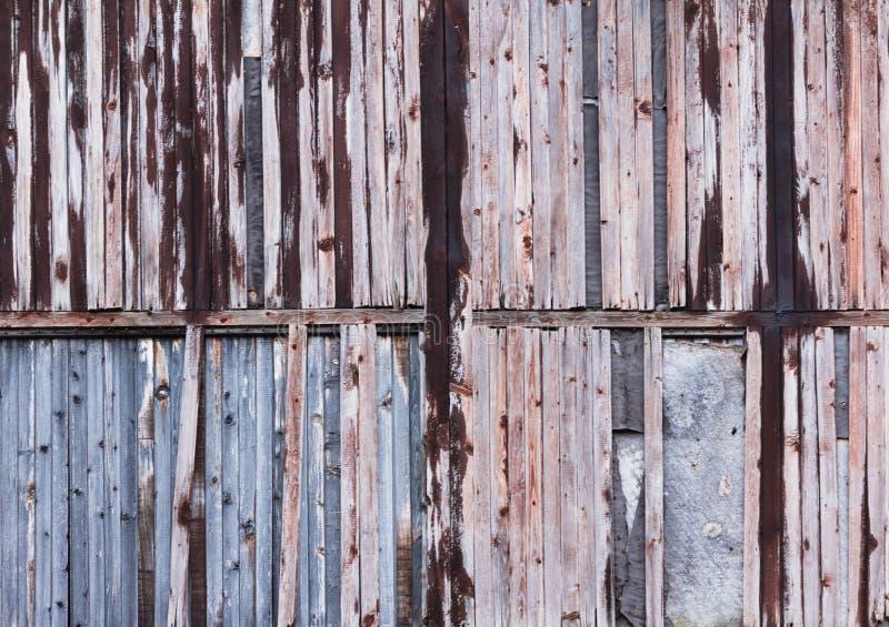 Hintergrund des alten hölzernen Brettes mit gebrochener roter Farbe stockfoto