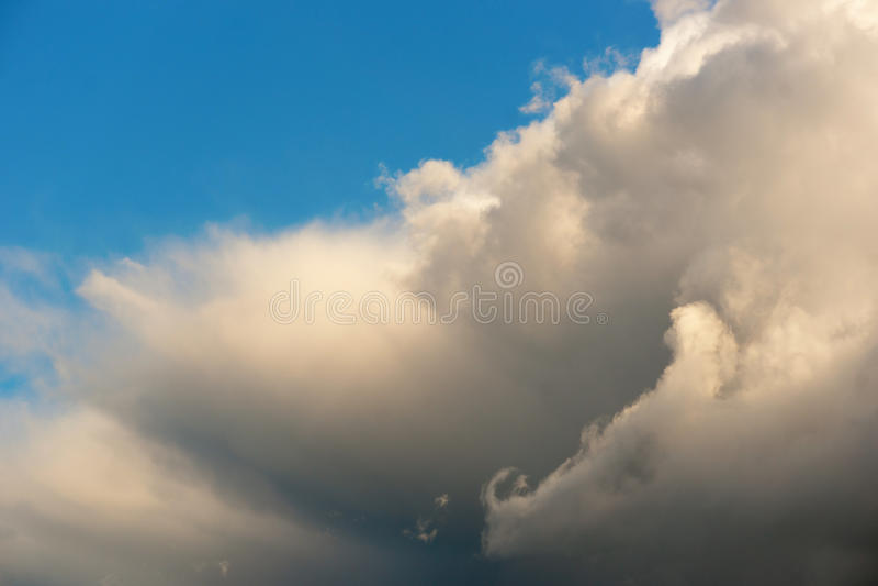 Hintergrund des blauen Himmels lizenzfreie stockfotografie