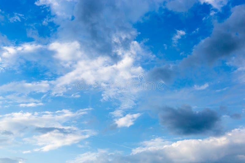Hintergrund des blauen Himmels mit kleinen Wolken lizenzfreie stockfotografie
