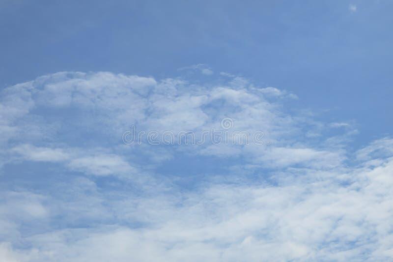 Download Hintergrund Des Blauen Himmels Mit Wolke Stockfoto - Bild von leuchte, clear: 96925934