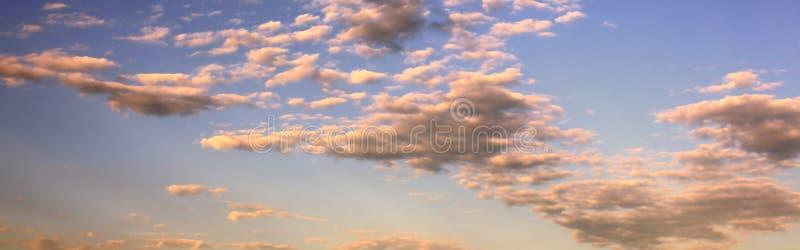 Hintergrund des blauen Himmels mit Wolken bei Sonnenuntergang stockbild