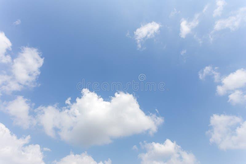Hintergrund des blauen Himmels mit Wolken, Hintergrundhimmel lizenzfreies stockfoto