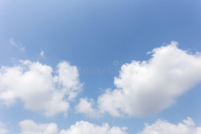 Hintergrund des blauen Himmels mit Wolken, Hintergrundhimmel lizenzfreies stockbild