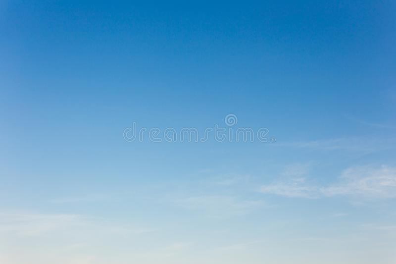 Hintergrund des blauen Himmels mit Wolken, Hintergrundhimmel lizenzfreie stockfotos