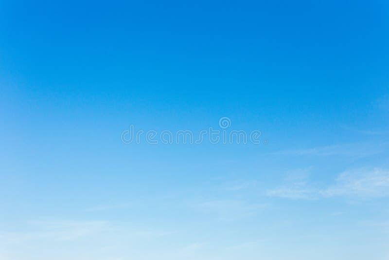 Hintergrund des blauen Himmels mit Wolken, Hintergrundhimmel stockfotos