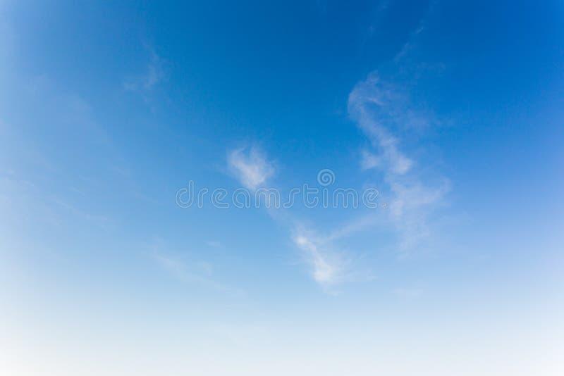 Hintergrund des blauen Himmels mit Wolken, Hintergrundhimmel lizenzfreie stockbilder
