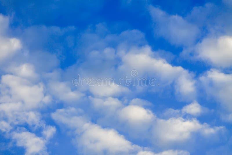 Hintergrund des blauen Himmels mit Wolken im Juli in der Landschaft stockbilder