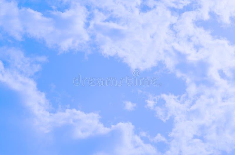 Hintergrund des blauen Himmels und der Wolken lizenzfreie stockfotografie