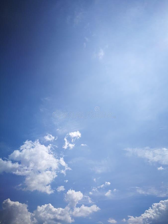 Hintergrund des blauen Himmels und wei?e Wolkenweichzeichnung lizenzfreie stockfotos
