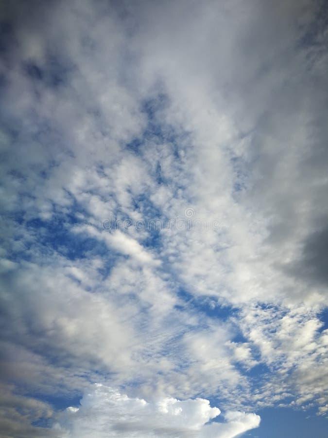 Hintergrund des blauen Himmels und wei?e Wolkenweichzeichnung stockbilder