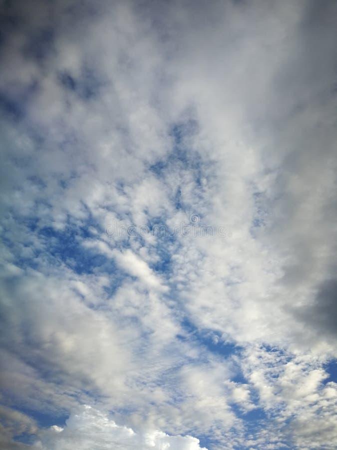 Hintergrund des blauen Himmels und wei?e Wolkenweichzeichnung stockfoto