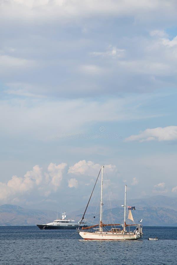 Hintergrund des blauen Wassers und des Himmels auf dem Ozean mit Segelbooten lizenzfreie stockbilder