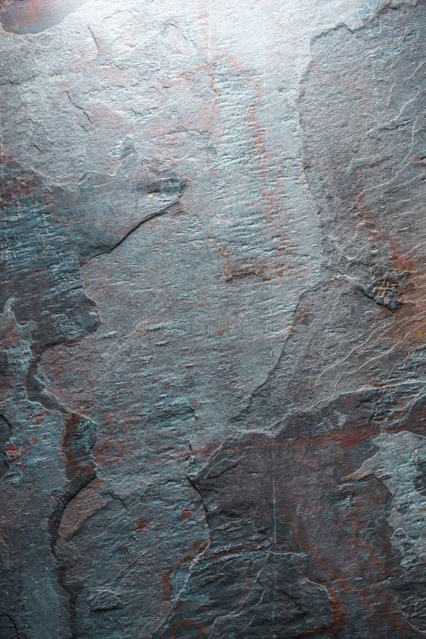 Hintergrund des Blaus mit braunfarbiger Steinbeschaffenheit lizenzfreie stockbilder