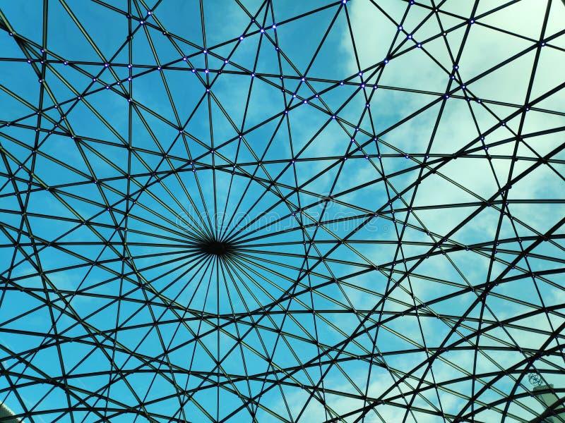 Hintergrund des geometrischen Kuppelblau Himmel und Wolken lizenzfreie stockfotos
