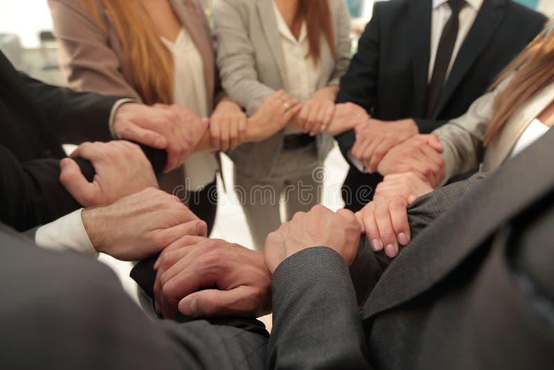 Hintergrund des Geschäftsteams faltete ihre Hände, die einen Kreis bilden lizenzfreies stockfoto