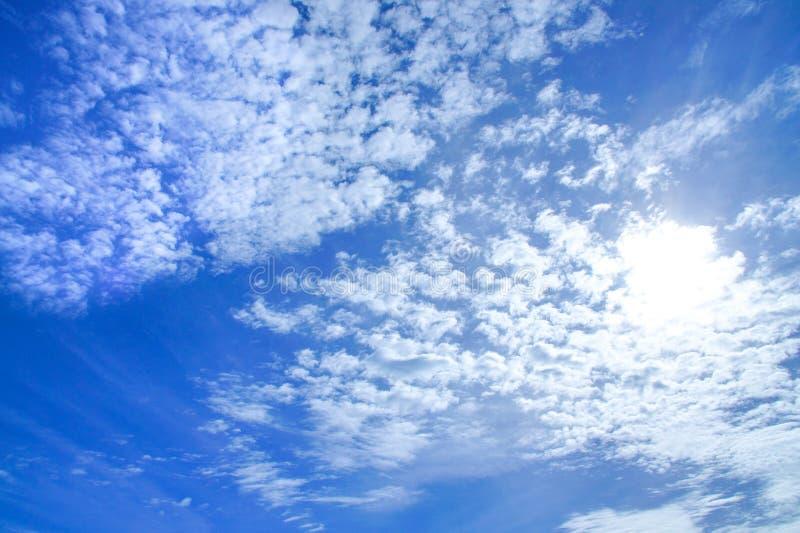 Hintergrund des hellen Himmelblaus färbte Himmel mit weißer Wolke und Sonnenschein stockbilder