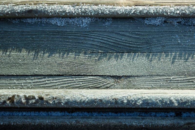 Hintergrund des Holztischs umfasst mit Schnee lizenzfreie stockfotografie