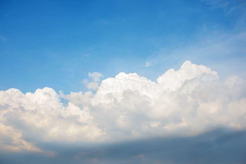 Hintergrund des klaren blauen cerulean Himmels mit großer flaumiger weißer Wolke auf auf ihr lizenzfreie stockfotografie