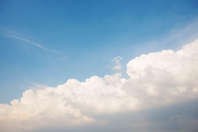Hintergrund des klaren blauen cerulean Himmels mit großer flaumiger weißer Wolke auf auf ihr lizenzfreies stockfoto