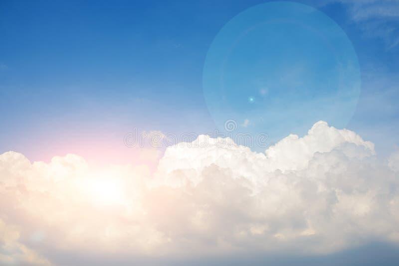 Hintergrund des klaren blauen cerulean Himmels mit großer flaumiger weißer Wolke und hellem Sonnenschein strahlt mit blick auf au lizenzfreies stockfoto
