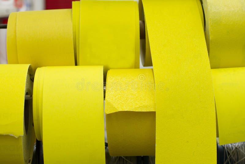 Hintergrund des klebenden gelben Bandsatzes Selektiver Fokus stockbild